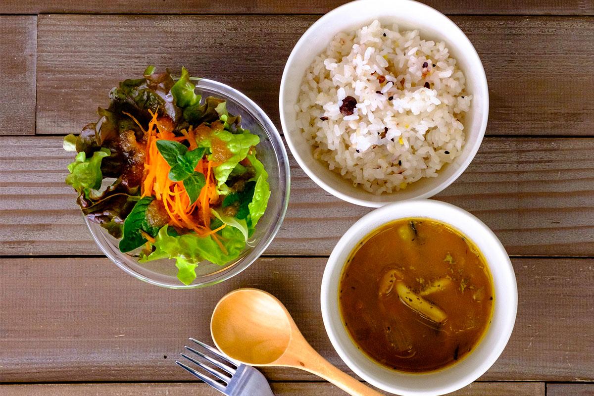 夏野菜と鶏肉のスパイシーカレースープ