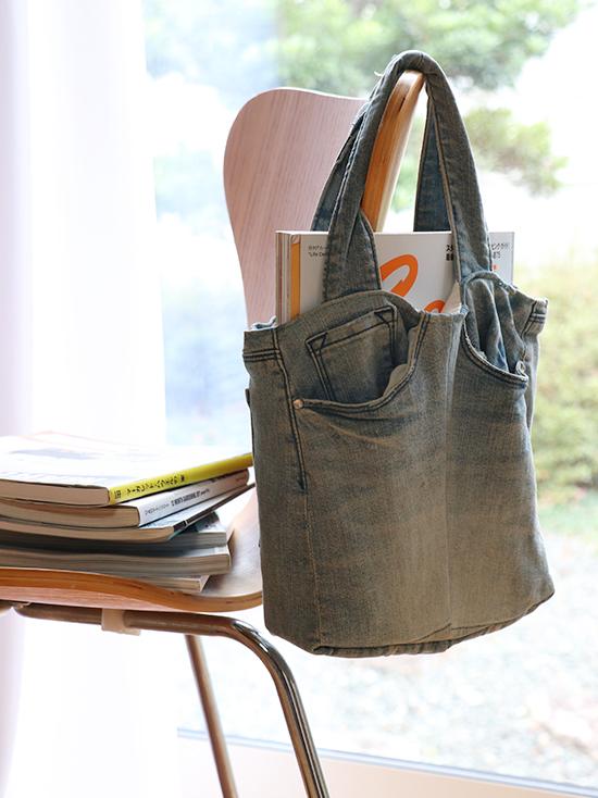 デニムのバッグと本