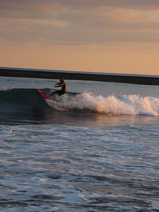 海とサーファー